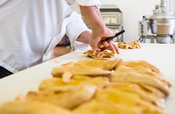 Préparation de foie gras, des artisans conserveurs