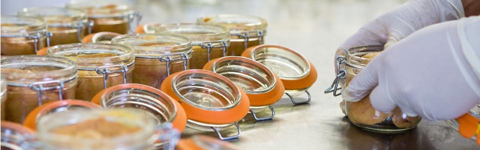 Préparation du foie gras Crouzel, artisan conservier