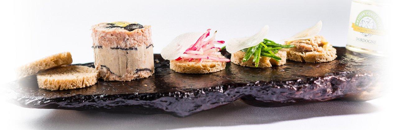 Photo d'un apéritif autour d'un pâté de foie gras truffé